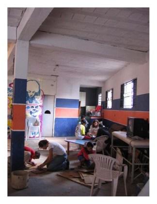Oficina de Técnicas Variadas do Projeto Olho da Rua ministrada com crianças e adolescentes